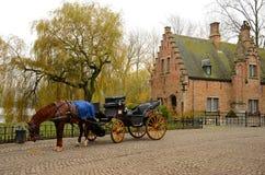 Trasporto del cavallo e cottage immacolati Bruges Belgio Immagini Stock