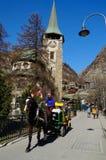 Trasporto del cavallo per il cliente dell'hotel in Zermatt, Svizzera sopra Immagine Stock
