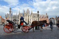 Trasporto del cavallo sul quadrato del mercato a Bruges, Belgio Fotografie Stock Libere da Diritti