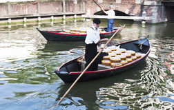 Trasporto del formaggio in barche a Alkmaar, Olanda Fotografia Stock