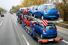 Trasporto dell'automobile - automobili sulla strada principale Fotografia Stock