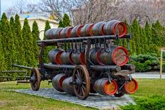 Trasporto della birra in barilotti di legno Fotografia Stock