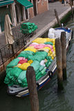 Trasporto delle mercanzie sul canale di acqua Fotografia Stock Libera da Diritti