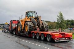 Trasporto di grande misura del carico del caricatore della ruota di Volvo Fotografia Stock Libera da Diritti
