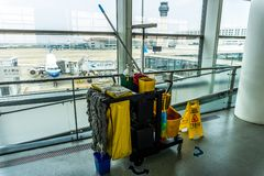 Trasporto di prodotto per la pulizia dell'aeroporto immagini stock libere da diritti