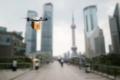 Trasporto di volo del fuco nel concetto astuto della città, una vendita al dettaglio/ownd Fotografie Stock