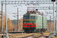 Trasporto locomotivo del treno merci con il carico su luce del giorno Fotografia Stock Libera da Diritti