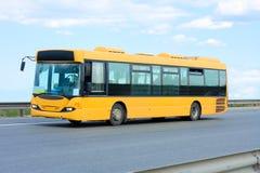 Trasporto pubblico - bus giallo fotografia stock libera da diritti