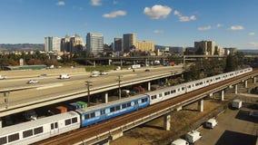 Trasporto pubblico del centro del treno della strada principale dell'orizzonte della città di Oakland California archivi video