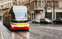 Trasporto pubblico del tram sulla via Vita quotidiana nella città Vita di tutti i giorni in Europa Fotografie Stock