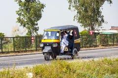 Trasporto pubblico in India. Pazzo Immagine Stock