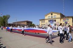 Trasporto solenne della bandiera della Russia da area Celebrazione primo maggio, il giorno della molla e del lavoro Parata di fes Fotografia Stock Libera da Diritti
