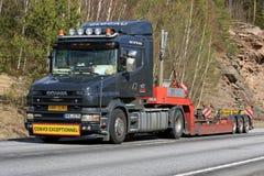 Trasporto su autocarro convenzionale nero del rimorchio dei semi di Scania 164L Immagini Stock Libere da Diritti
