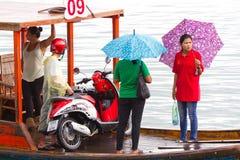 Trasporto sulla piccola barca attraverso il fiume in Tailandia Fotografia Stock Libera da Diritti
