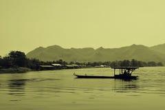 Trasporto tailandese locale del traghetto sul fiume di riverkwai a seppia della Tailandia della provincia di kanchanaburi Immagine Stock Libera da Diritti