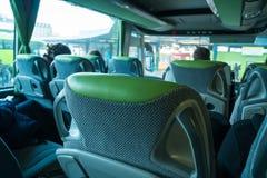 Trasporto, turismo, viaggio stradale e concetto dell'attrezzatura - bus di viaggio fotografia stock libera da diritti