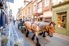 Trasporto turistico sulla via in Honfleur immagine stock libera da diritti
