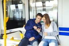 Trasporto urbano delle giovani coppie Fotografia Stock Libera da Diritti