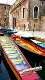 Trasporto variopinto delle barche con costruzione antica fotografia stock