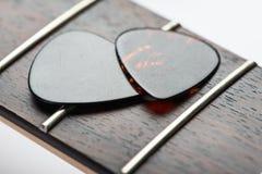 Trastes de la guitarra con dos mediadores Imagen de archivo