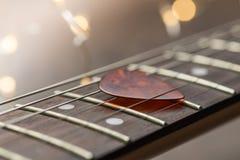 Trastes de la guitarra con el mediador en secuencias Foto de archivo