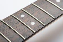 Trastes de la guitarra con la secuencia y las pinzas amarillas Imágenes de archivo libres de regalías