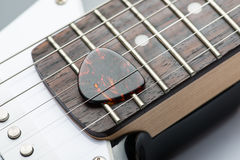 Trastes de la guitarra con las secuencias y el mediador Imagenes de archivo