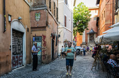 trastevere街道的老音乐家 库存照片
