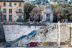 Trastevere Bank des Tibers, Wandgemälde und Trilussa quadrieren Schöne alte Fenster in Rom (Italien) Lizenzfreies Stockfoto
