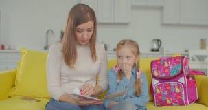 Trastorno descontentado de la madre con los grados pobres de muchacha metrajes