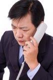 Trastorno, encargado frustrado que recibe malas noticias vía llamada telefónica Imagenes de archivo