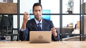 Trastorno por la pérdida, hombre de negocios negro Working Online foto de archivo libre de regalías