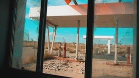 66 trasy kryzys drogi 66 zwolnionego tempa tankuje styl życia łamający nadokienny wideo Stary brudzi opustoszałą benzynową stację zbiory
