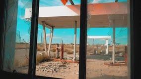 66 trasy kryzysu drogowi 66 stylu życia zwolnionego tempa tankuje łamający nadokienny wideo Stary brudzi opustoszałą benzynową st zbiory wideo