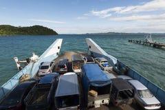 Trat,泰国- 2016年11月2日:酸值在船上离开为大陆Trat,车的张轮渡 库存照片