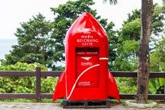 Trat, Tailandia-abril 2,2019: Buzón de correos rojo hermoso, forma moderna del cohete, situada en el punto de visión en Koh Chang fotos de archivo libres de regalías
