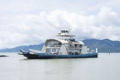 Trat, Tailandia - 22 giugno 2016: Ferry da Trat a Koh Chang che arriva dal lato di Trat Immagini Stock