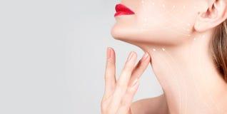 Tratamento antienvelhecimento Pescoço bonito da mulher com linhas da massagem Fotografia de Stock