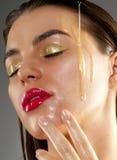 Tratamento da beleza com petróleo verde-oliva imagens de stock royalty free