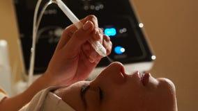 Tratamento da beleza da cara Close up da mulher bonita que obtém a água facial do oxigênio do Gás-líquido a utilização epidérmica imagem de stock