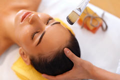 Tratamento da face A mulher no salão de beleza obtém Marine Mask imagem de stock royalty free
