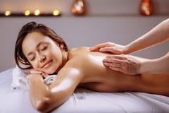 Tratamento da massagem do corpo dos termas Mulher que tem a massagem no salão de beleza dos termas imagens de stock royalty free