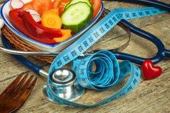 Tratamento da obesidade Dieta em uma tabela de madeira Vegetais saudáveis Fotografia de Stock