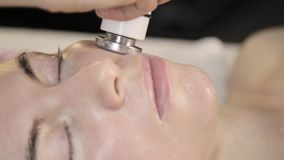 Tratamento da radiofrequência O esteticista faz o procedimento delevantamento para uma mulher em um bar da beleza vídeos de arquivo