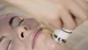Tratamento da radiofrequência O esteticista faz o procedimento delevantamento para uma mulher em um bar da beleza filme
