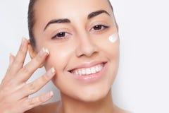 Tratamento de creme cosmético de aplicação modelo bonito imagens de stock