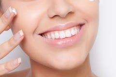Tratamento de creme cosmético de aplicação modelo bonito Fotografia de Stock Royalty Free