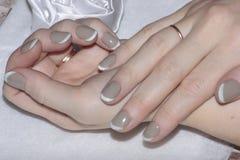 Tratamento de mãos bonito nas mãos das mulheres foto de stock royalty free