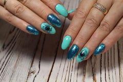 Tratamento de mãos bonito nas mãos fêmeas Fotografia de Stock Royalty Free