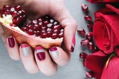 Tratamento de mãos cinzento, cor-de-rosa e vermelho da arte do prego da assimetria Imagens de Stock Royalty Free